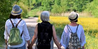L'âgisme diminue quand jeunes et vieux passent du temps ensemble